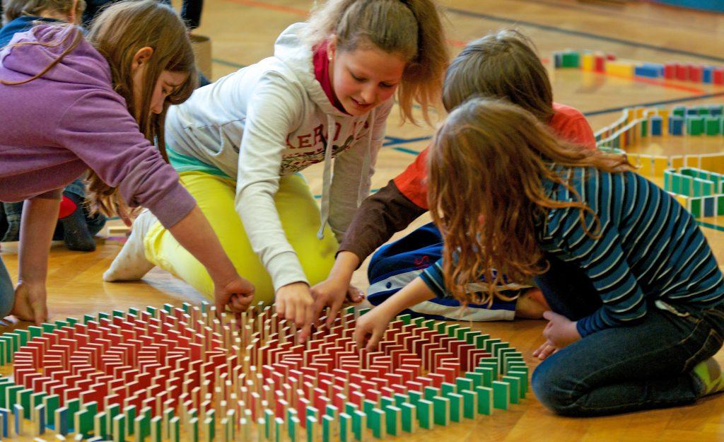 Les enfants s'amusent avec les PESTAS